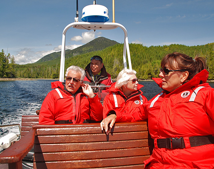 Bear-watching-fortune-channel-tofino-vancouver-island-british-columbia